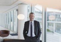 Portrait homme d'affaires souriant dans le salon de bureau — Photo de stock