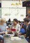 Творчі ділових людей зустріч, використовуючи цифровий планшет і ноутбук у кафе — стокове фото