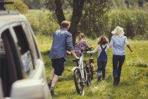 Сім'я ходьба гірські велосипеди від автомобіля — стокове фото