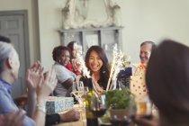 Freunde gerade glücklich Frau mit Feuerwerk Geburtstagskuchen am Tisch im restaurant — Stockfoto