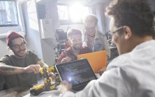 Programmeurs/programmeuses programmation robotique en atelier — Photo de stock