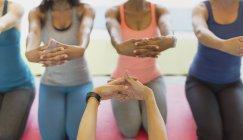 Persönlichen Perspektive-Fitness-Trainer und streckte die Arme in Übung Klasse Frauen — Stockfoto