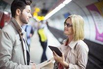Деловые люди разговаривают в метро — стоковое фото
