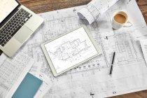 Still Life digital und komplexe Papier Blaupausen mit Kaffee und laptop — Stockfoto