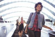 Жінка ескалатора Верхова їзда в метро — стокове фото