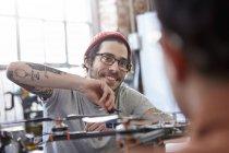 Усміхаючись чоловічого дизайнер з татуюваннями монтаж drone — стокове фото
