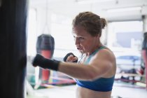 Bestimmt Boxerin Boxen am Sandsack im Fitness-Studio — Stockfoto