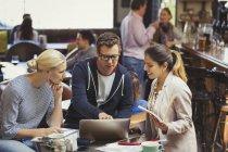 Reunión creativa de gente de negocios, usando computadora portátil en la cafetería - foto de stock
