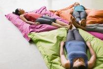 Frauen, die Verlegung auf Kissen im restoratives Yoga Fitness studio — Stockfoto