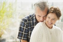 Cariñosa pareja madura sonriendo - foto de stock