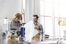Витраж художники, работающие в студии — стоковое фото