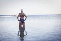 Женщины пловец заднего вида на океан — стоковое фото