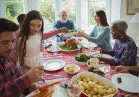 Мульти поколения семьи едят на Рождество обеденный стол — стоковое фото