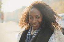 Retrato sorridente jovem com cachecol — Fotografia de Stock