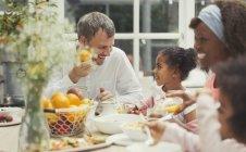 Y multiétnico padre e hija desayunando en la mesa - foto de stock