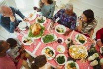 Famille de plusieurs générations multiethnique vue aérienne, profiter de dîner de Noël à table — Photo de stock