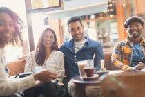 Portrait souriant amis traînant dans le café — Photo de stock
