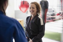 Улыбающиеся женщины, занимающиеся дзюдо в тренажерном зале — стоковое фото