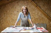 Retrato sorrindo artista vitral trabalhando em estúdio — Fotografia de Stock
