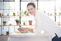 Портрет молодої жінки, спираючись на кухонного столу — стокове фото