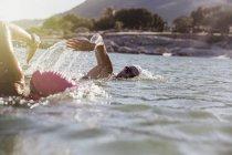 Женщины активно пловцов на океан с берега в дневное время — стоковое фото