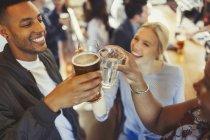 Ентузіазм друзями тостів келихи пива й вина на бар — стокове фото