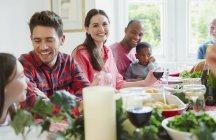 Porträt, lächelnde Frau genießen Weihnachtsessen mit der Familie am Tisch — Stockfoto