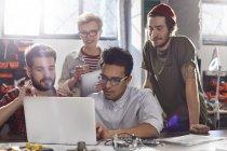 Designer treffen, arbeiten am Laptop in Werkstatt — Stockfoto
