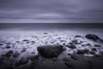 Seascape gris couvert tranquille et rochers sur la plage, Kalundborg, Danemark — Photo de stock