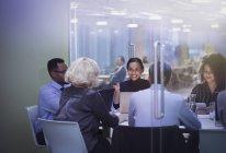 Pour les gens d'affaires, ordinateurs portables en séance Salle de conférence — Photo de stock