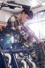 Жіночий мотоцикл механік ремонту мотоцикл в майстерні — стокове фото