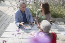 Ältere Freunde reden und Kaffeetrinken am Terrassentisch — Stockfoto