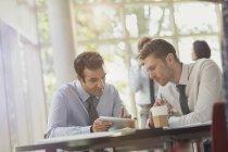 Empresários usando tablet digital na mesa de escritório — Fotografia de Stock