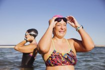 Женщины пловцов, стоя на океан воды на открытом воздухе — стоковое фото