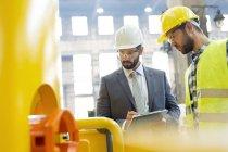 Менеджер и сталевар осмотра оборудования на заводе — стоковое фото