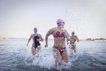 Женщины активно пловцов, работает на океан на открытом воздухе — стоковое фото