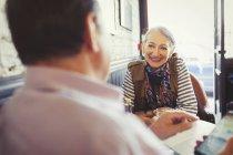 Älteres Paar zu sprechen und mit Smartphone im café — Stockfoto
