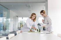 Weiblichen Modell im Zimmer Tagung diskutieren Architekten — Stockfoto