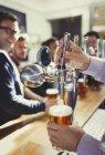 Крупним планом Бармен розливу пива з ручку крана позаду бар — стокове фото