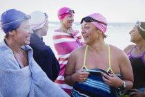 Счастливый женский активных пловцов на океан на открытом воздухе — стоковое фото