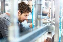 Чоловічий brewer розлив пиво в броварні — стокове фото