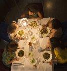 Freundinnen reden und Essen am Tisch im restaurant — Stockfoto
