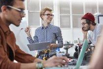 Réunion de designers, remue-méninges au bureau — Photo de stock