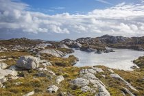 Sole nuvole sopra rocce scoscese e acqua, Golden Road, Harris, Ebridi esterne — Foto stock