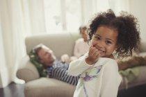 Ritratto sorridente, ragazza carina nel salotto — Foto stock