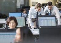 Homens de negócios trabalhando no computador no escritório moderno — Fotografia de Stock
