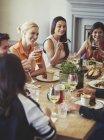 Freunde sprechen und Essen am Tisch im restaurant — Stockfoto