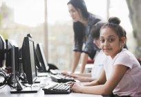 Портрет уверенный девушка студентка с помощью компьютера в библиотеке — стоковое фото