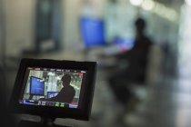 Blick auf junge Programmierung an Computer im Klassenzimmer auf Digitalkamera Sucher — Stockfoto