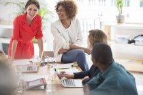 Trabajadores de oficina hablando en escritorio de oficina moderno - foto de stock
